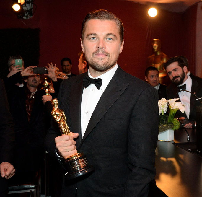 актьор Leonardo DiCaprio, winner of the Best Actor award for 'The Revenant,' poses with his Oscar at the 88th Annual Academy Awards Governors Ball at Hollywood & Highland Center in Hollywood, California, on February 28, 2016.