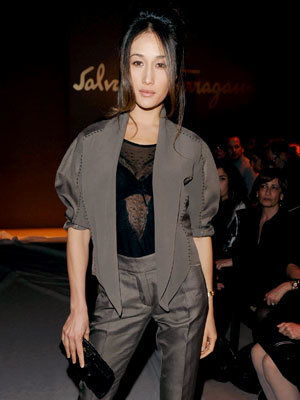 Милан Fashion Week - Maggie Q - Salvatore Ferragamo Show