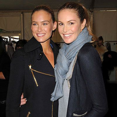 Париж Fashion Week - Bar Refaeli and Elle MacPherson - Louis Vuitton