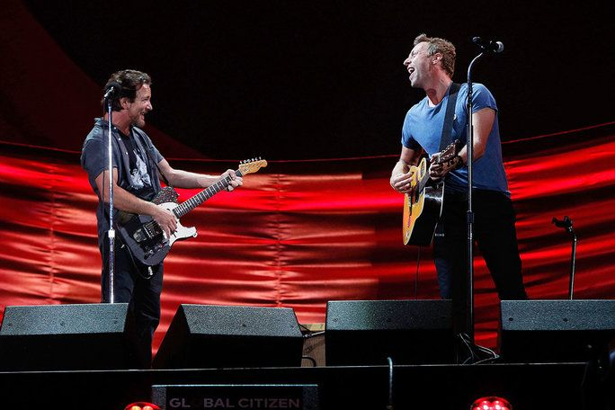 ΝΕΟΣ YORK, NY - SEPTEMBER 24: Eddie Vedder and Chris Martin perform during the 2016 Global Citizen Festival at Central Park on September 24, 2016 in New York City. (Photo by Taylor Hill/FilmMagic)