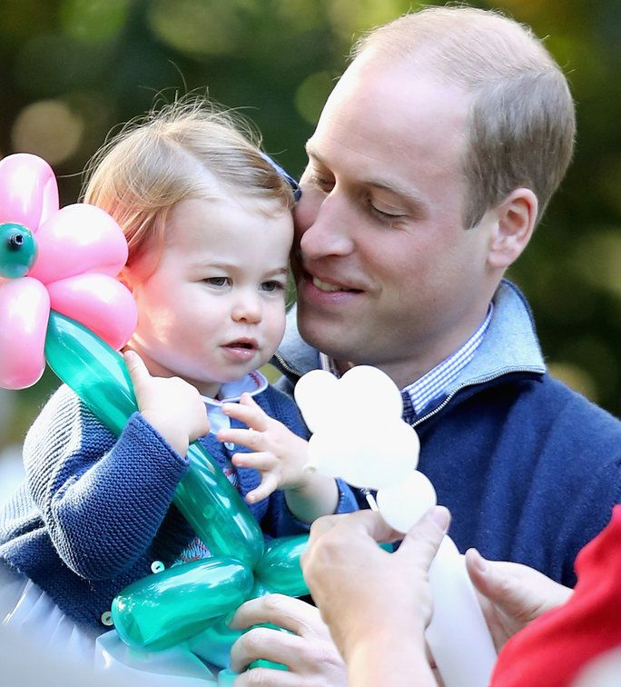 принц William Cuddles Princess Charlotte