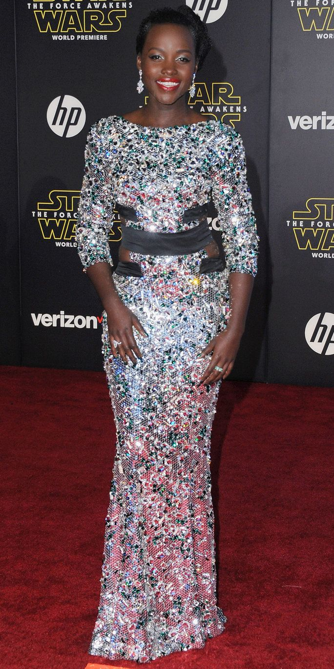 актриса Lupita Nyong'o arrives at the Los Angeles Premiere 'Star Wars: The Force Awakens' on December 14, 2015 in Hollywood, California.