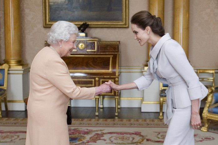 Αντζελίνα Jolie and Queen Elizabeth embed